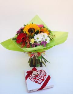 Bouquet romàntic amb caixa de bombons + servei a domicili