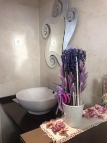 Lavabo decorat amb flor seca aromàtica