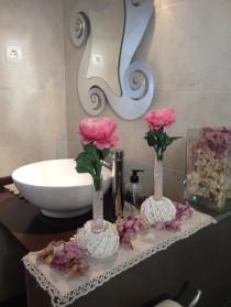Lavabo decorat amb centres de rosa artificial