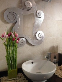 Lavabo decorat amb centre de Tulipes artificials